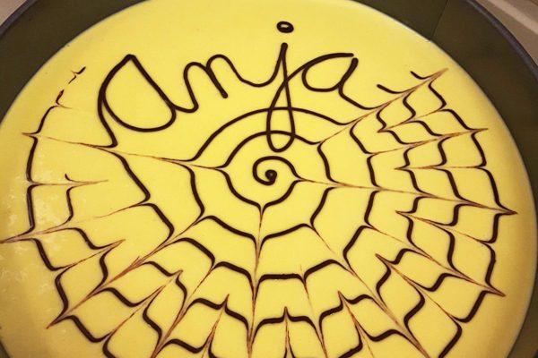 Raw dort zdobený nápisy