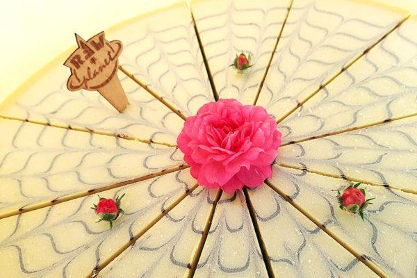 Raw dort s živými květy