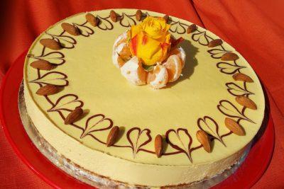 Raw dort s ovocem a živým květem