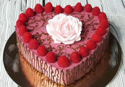 Malinový raw dort ve tvaru srdce