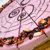 Jahodový raw dort zdobený kresbou